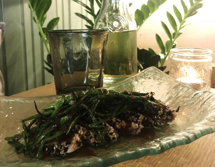 Tataki de tonyina amb crosta de sèsam i saltat de tirabecs
